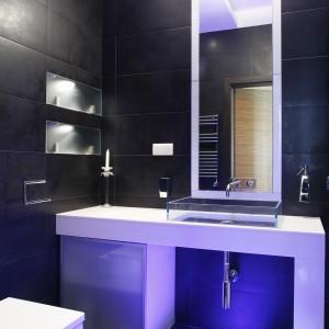 Mała łazienka. Zobacz pomysłowe wnętrze ze szklaną podłogą