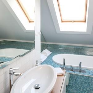 Łazienka pod skosami: z błękitną mozaiką i lustrami