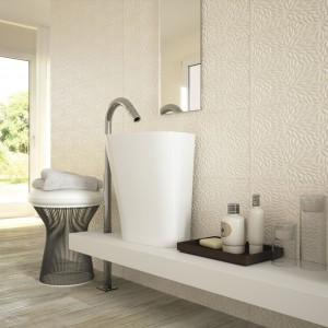 Biała łazienka z kolorowym akcentem. Zobacz 10 modnych aranżacji