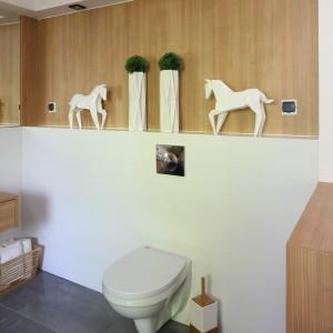 Łazienka z pralnią: nowoczesne wnętrze ocieplone drewnem