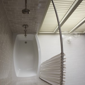 Zasłonki w stylu romantycznym: tak odmienisz łazienkę. Tanio i szybko!