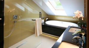 Łazienka przy sypialni: zobacz eleganckie wnętrze z garderobą