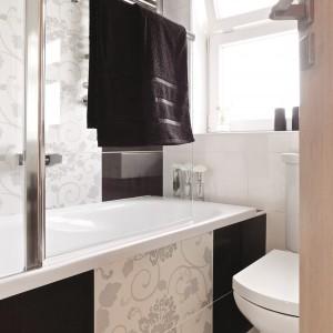 Łazienka dla rodziny w rozmiarze mini: z wanną i schowkami