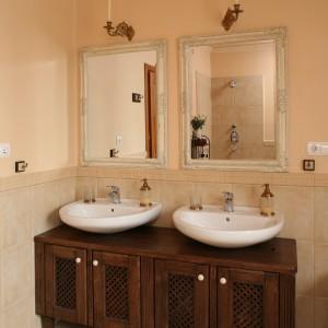 Romantyczna łazienka w beżach. Zobacz przytulne wnętrze z wanną