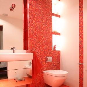 Łazienka przy sypialni – zobacz wyjątkowe wnętrze w czerwieni