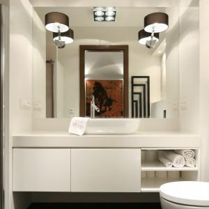 Biała łazienka: stylowe wnętrze przy sypialni