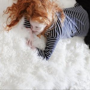 Przytulna łazienka: 10 pomysłów na wnętrza z puszystymi dywanikami