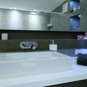 Szara łazienka – zobacz jak zmieścić wannę i kabinę prysznicową