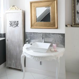 Łazienka  na poddaszu – wnętrze w stylu glamour z Marylin Monroe