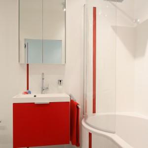 Biała łazienka ożywiona kolorem – ładna i praktyczna