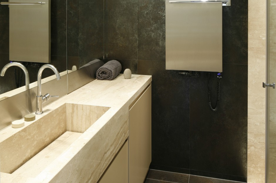 Wąska łazienka: eleganckie wnętrze w kamieniu