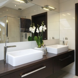 Oświetlenie łazienki – 12 pomysłów polskich architektów