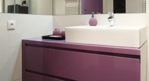 Łazienka z kolorową szafką – wnętrze z pomysłem