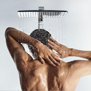 Mężczyzna pod prysznicem – sprawdź co powinien mieć w kabinie