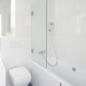 Mała łazienka w bieli – zobacz wnętrze dla nastolatki