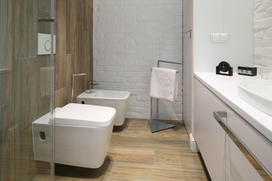 Łazienka przy sypialni – wnętrze w stylu loft z cegłą na ścianie