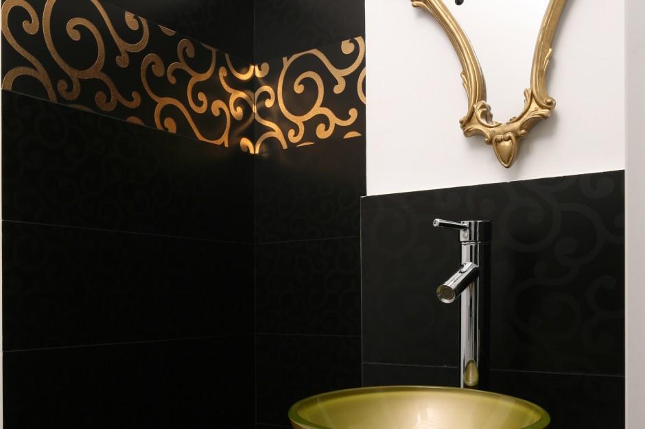 Elegancka łazienka dla gości: w bieli, czerni i złocie