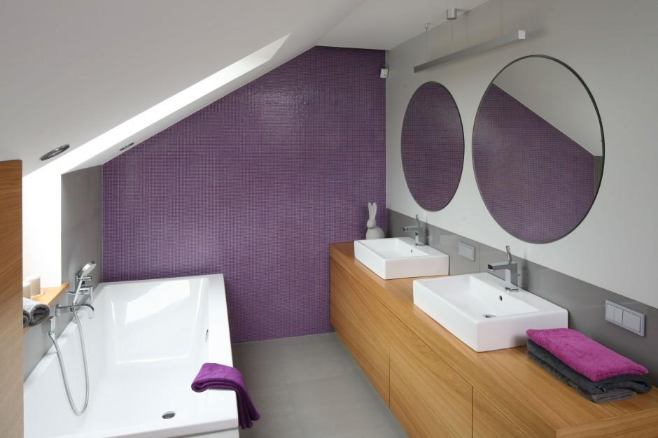 Łazienka na poddaszu – zobacz wnętrze z piękną mozaiką