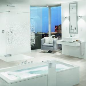 Śnieżnobiała łazienka – piękne i modne wnętrza