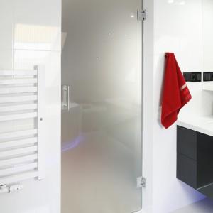 Nowoczesna biała łazienka – tak ożywisz ją kolorem