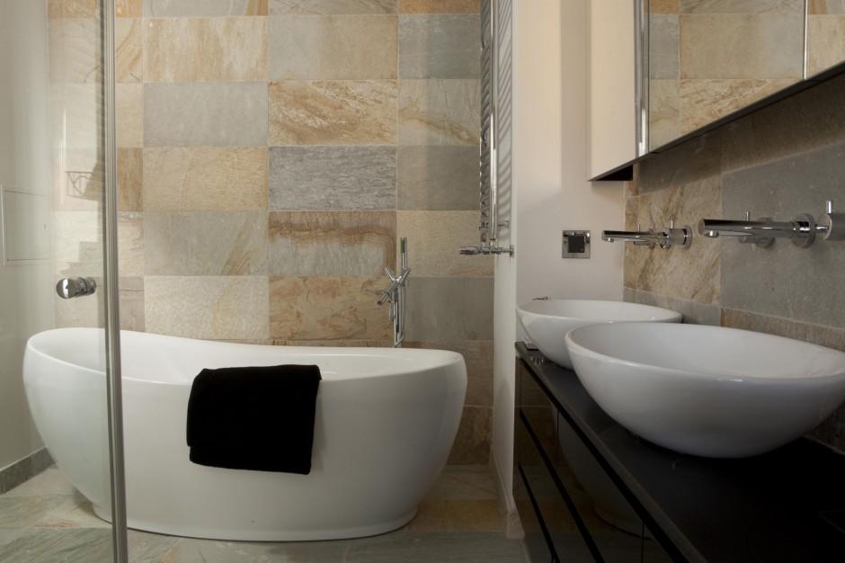 Łazienka przy sypialni – tak można wykorzystać kamień