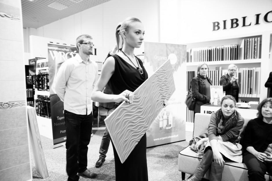 Pokaz mody z płytkami, czyli andrzejki w warszawskim salonie