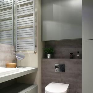 Łazienka w modnych szarościach – wnętrze z fototapetą