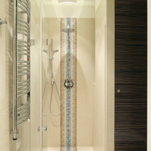 Łazienka dla dwojga – tak ozdobisz ją mozaiką i egzotycznym drewnem