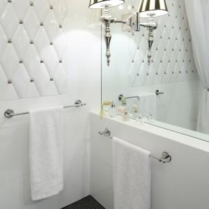 Mała łazienka w stylu glamour – wnętrze w czerni i bieli