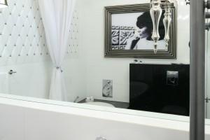 Inspirujemy - Mała łazienka w stylu glamour – wnętrze w ...