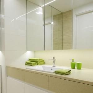 Mała łazienka przy sypialni – zobacz jak lustra powiększają przestrzeń