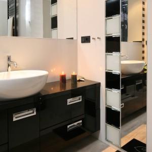 Łazienka przy sypialni – klimatyczne wnętrze w czerni i bieli