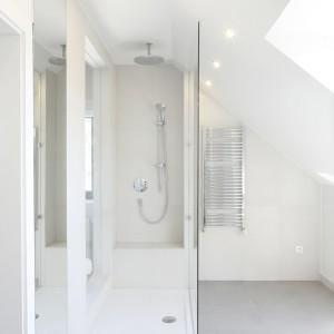 Łazienka na poddaszu – zobacz eleganckie wnętrze przy sypialni