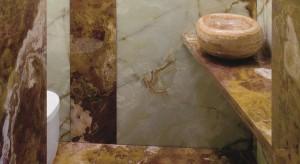Łazienka na 2 metrach – elegackie wnętrze z onyksem i trawertynem