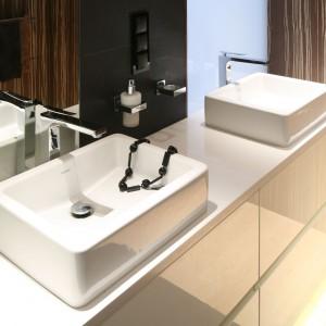 Szykowna łazienka dla dwojga – tak można połączyć fornir i mozaikę
