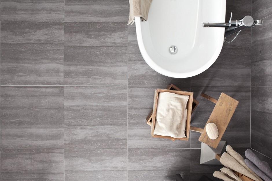 Płytki jak drewno albo kamień – najmodniejsze pomysły na podłogę