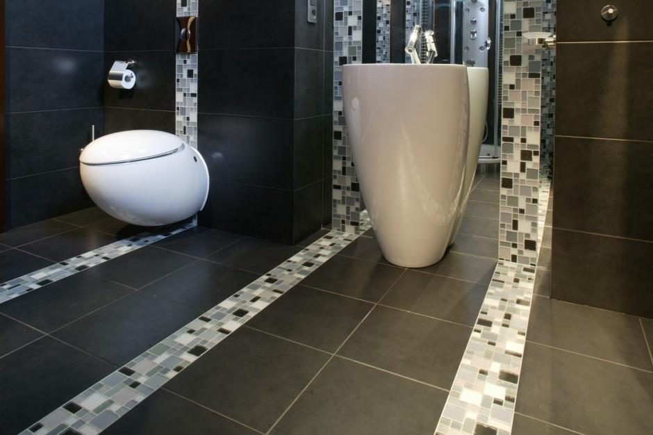 Mała łazienka w szarościach. Zobacz wnętrze zaprojektowane dla nastolatków