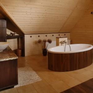 Łazienka w domu z bali. Zobacz piękne wnętrze na Mazurach