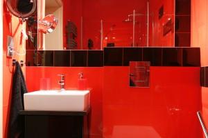 Łazienka przy sypialni – zobacz wnętrze w modnej czerwieni