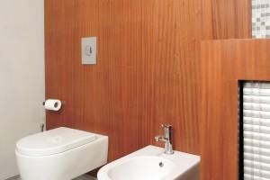 Łazienka w bloku – tak można pomysłowo zabudować pralkę
