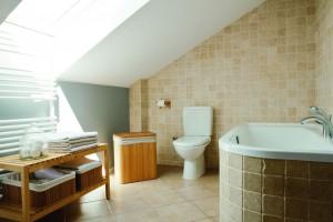 Łazienka na poddaszu – przytulne wnętrze w stylu rustykalnym