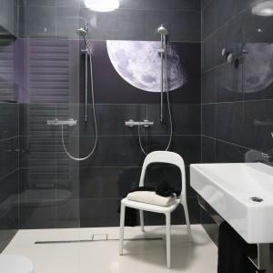 Łazienka w szarościach. Zobacz jak modnie ją urządzić