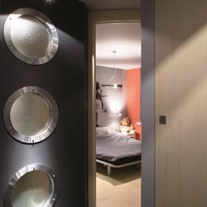 Mała łazienka w stylu loft: pomysłowe wnętrze w szarościach