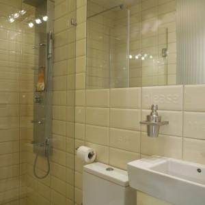 Mała łazienka w beżach i brązach – tak urządzają architekci
