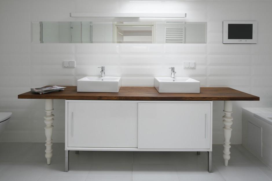Biała łazienka ocieplona drewnem – tak możesz urządzić poddasze