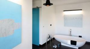 Łazienka w stylu loft – zobacz pomysł na wannę w sypialni