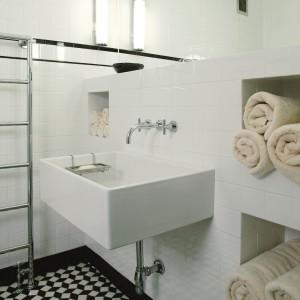 Łazienka w stylu modernizmu. Piękne wnętrze z podłogą w szachownicę