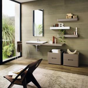 Łazienka w beżu i jasnym drewnie. Tak modnie ją urządzisz