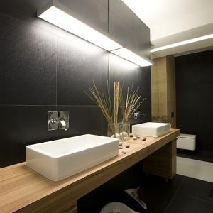 Elegancka łazienka w drewnie – modne wnętrze przy sypialni