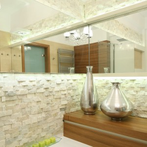Najpiękniejsze łazienki w beżach – tak urządzają je polscy architekci
